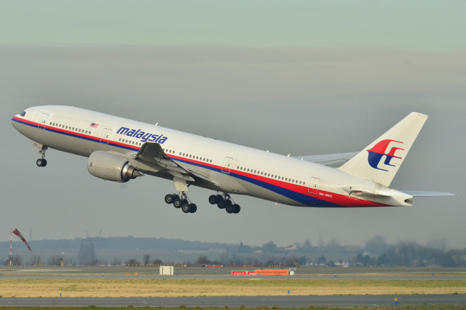 Australian aircraft reaches near possible debris of crashed Malaysian plane in Indian Ocean